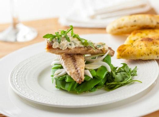 Σκουμπριά ψητά με βλίτα και σάλτσα σκόρδου
