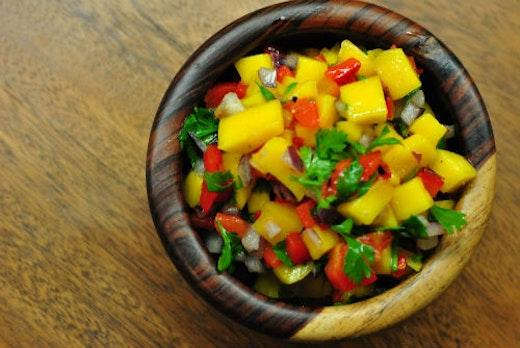 Σαλάτα με ψητές πιπεριές, νεκταρίνια, μάνγκο και μπαχαρικά